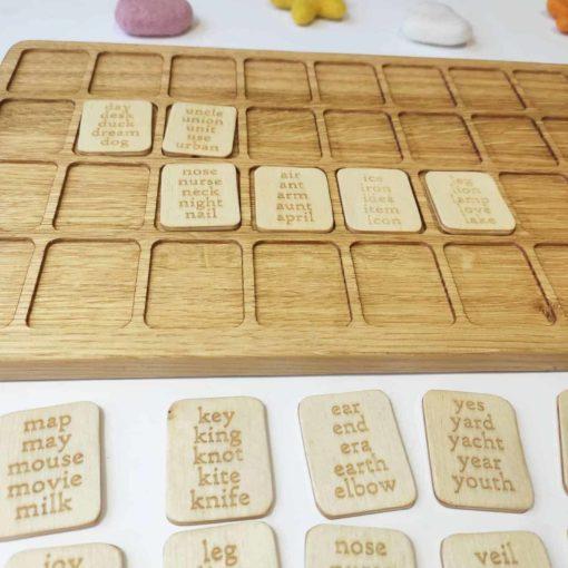 Tableau de lettres et de mots de l'alphabet anglais en bois Threewood1