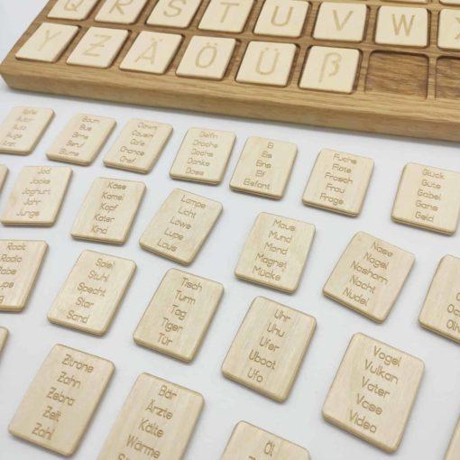 jouet d'apprentissage inspiré Montessori planche de lettres et de mots de l'alphabet allemand en bois - Threewood planche alphabétique allemand en bois - Threewood