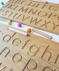 Jouet d'apprentissage fabriqué à la main et inspiré de Montessori Planche à tracer l'alphabet en bois - Threewood