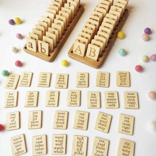 Suppprt en bois fait main et deux ensembles de lettres et mots en anglais / Jouet d'apprentissage inspiré de Montessori - Threewood